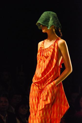 Modelito da Osklen, por Michel Zappa (CC-BY-SA) no Flickr. Eles juram que usam tecido orgânico