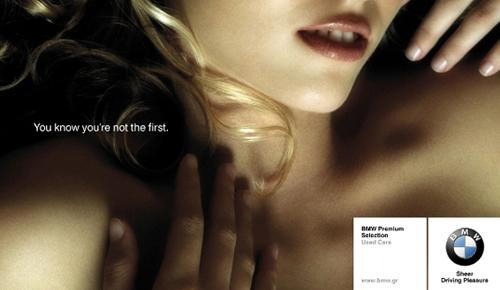 Anuncio de coches BMW usados, el lema reza sabes que no eres el primero y en la foto aparece una señorita tumbada en la cama con inequivoca mirada de deseo sexual