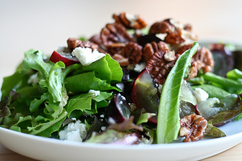 green salad w/grapes, goat cheese & candied pecans