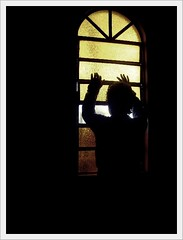 eu vou esperar. (Matteus Oberst) Tags: window contraluz janela av