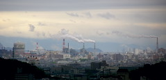 Indstria japonesa / Japanese industry (SBA73) Tags: city chimney sky panorama industry japan clouds buildings landscape edificios factory view smoke ciudad cel cielo nubes works vista himeji nippon chimeneas kansai industria humo nihon jap noria ciutat himejijo nuvols paisatge japn fabricas edificis fum climaticchange xemeneies cambioclimatico ferryswheel  contaminaci fabriques himejishi aplusphoto canviclimatic flickrchallengegroup flickrchallengewinner