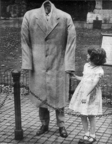 Hombre invisible con niña