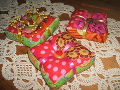 Kaffe Fassett Nadelkissen - pincushion (Veri's kleiner Winkel) Tags: pink orange green buttons rosa pins ribbon colourful pincushion grn needles satin kaffe bunt knpfe fassett nadelkissen satinband