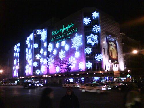 Corte Inglés con las luces de Navidad iluminado por la noche