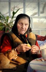 DSC_8252 (klakeduker) Tags: portrait food cat lunch village grandmother age oldwoman genre портрет бабушка кот еда село старушка деревня обед жанр старость