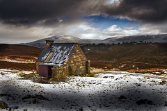 Rebhoan Bothy and the hills of Strath Nethy (the44mantis) Tags: mountain landscape scotland highlands escocia schottland schotland ecosse bothy scozia glenmore abernethy ryvoan mountainbothy caledonianpineforest