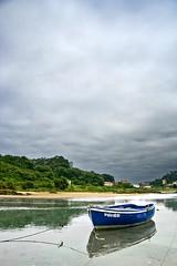 Bote amarrado (Todo-Juanjo) Tags: sea espaa paisajes color beach clouds landscape boat mar spain flickr barca cloudy tide asturias playa nubes mooring nublado ria llanes marea asturies amarre niembro imagetype todojuanjo
