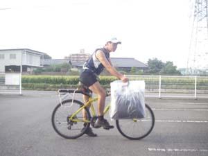 自転車で運ぶ姿