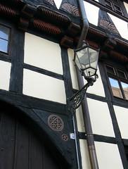 Fachwerk mit Laterne am Stieg in Quedlinburg (AnnAbulf) Tags: case laterne lanterna fachwerk huser quedlinburg stieg graticcio sachsenanhalt sassoniaanhalt ph017