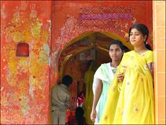 Les Demoiselles d'Honneur... (Christian Lagat) Tags: wedding woman india women hand femme main mariage inde madhyapradesh भारत maheshwar nikkor50mmf18d 50millionmissing nikond40x
