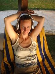 Iza luistert naar muziek