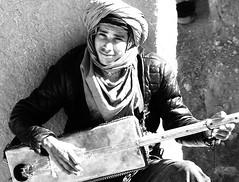 Lasciatemi cantare...... (Monia Sbreni) Tags: africa portrait blackandwhite bw musician man blancoynegro blackwhite guitar african bn uomo morocco maroc marocco marruecos ritratto bianconero marokko biancoenero moroccan chitarra musicista marrocos blancinegre blanconegro aitbenhaddou moniasbreni  aitbennadou