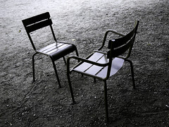 Chaises du Luxembourg, le dbat (Jerome Mercier) Tags: leica 2 paris chair duo vert parc chaise debat parcduluxembourg leicadigilux3 digilux3 aplusphoto jeromemercier jeromemercierphoto jmbook bookjm