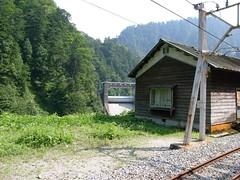小屋の後ろに見えるのが小屋平ダム