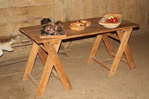 Tisch mit Rehfleisch und Obst in Haithabu 19-10-2008
