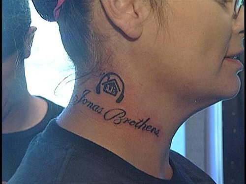 jonas-brothers-tattoo. Anna Estrada se hizo un tatuaje 'Jonas Brothers' en