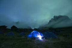 Green Night (elosoenpersona) Tags: longexposure camping camp fog night clouds south tent tienda aurora greenland nubes nocturna fjord base soe niebla nocturne tierras borealis boreal ketil campaa polares groenlandia abigfave tasermiut ulamertorsuaq elosoenpersona goldstaraward thenightwelovetheearth