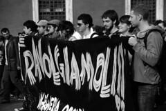 Travolgiamoli (Giulia Riccobono) Tags: roma protesta biancoenero piazzavenezia manifestazione 14novembre gelmini no133 legge133