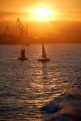 El sol en el Mar Riela (Lagavulin2) Tags: españa spain gijón asturias otoño atardeceres 2008 cimadevilla astilleros veleros gruas faros asturies xixón flaga d40 bahías platinumheartaward damniwishidtakenthat rielando