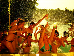 piscina (Susana Fabian) Tags: party water pool sevilla spain agua fiesta piscina
