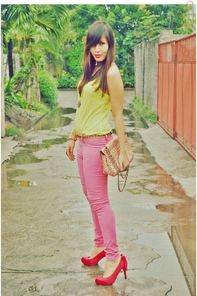 bubble-gum-pants-yellow-top-red-gg-heels_400.jpg