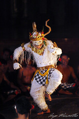 hanoman (21win - www.baliphotographer.com) Tags: bali night dance performance ubud kecak hanoman peliatan