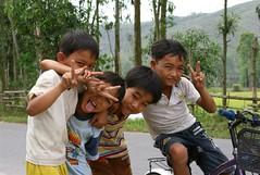 Vietnam - Hoi An - Children (Steven Goethals) Tags: travel people sign kids children fun asia peace young posing an vietnam hoian viet asie local nam hoi indochine indochina