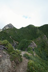 山頂までの険しい道がまだ続く