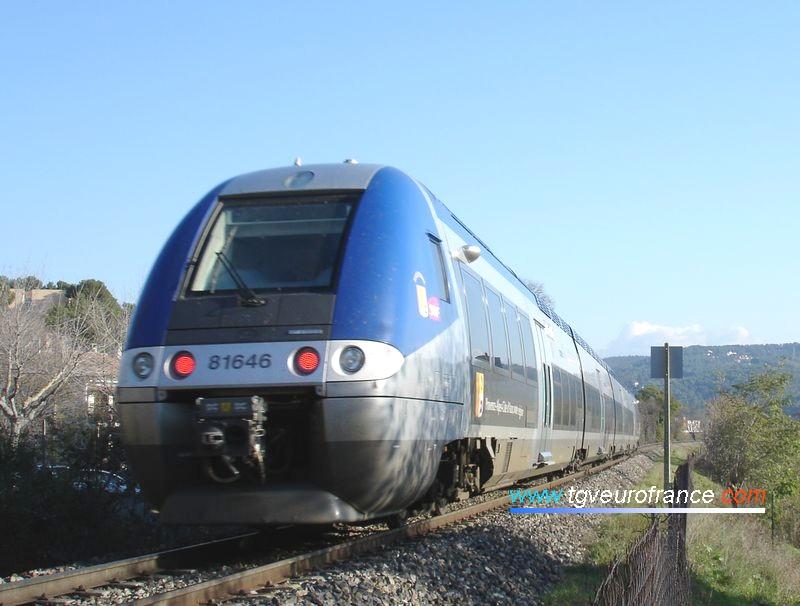 Un autorail quadricaisse BGC de Bombardier Transport de la SNCF vient de quitter la gare d'Aix-en-Provence Centre et se dirige vers la gare de Marseille Saint-Charles.