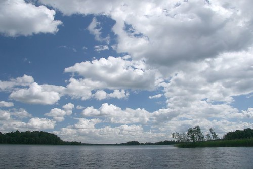 Schönwetterwolken über kühlem See in Lettland, Panorama