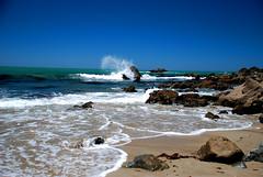 Ola contra las peñas, Linda Mar Beach, Pacífic...