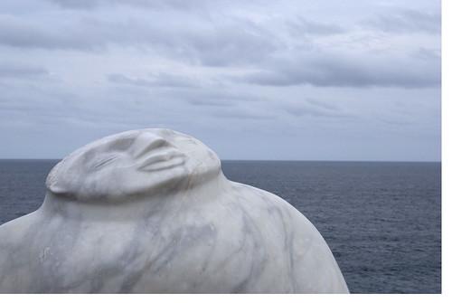 Escultura confundida con el mar