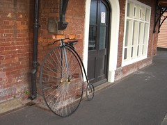 Pennyfarthing at station (by andygates)