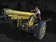Boys and their Guns (/\ltus) Tags: canon hawaii bravo waikiki ixy howitzer armymuseum 200805 nothdr 910is hawaii2008 photographerchizuko
