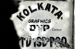 Kolkata (Monia Sbreni) Tags: shadow blackandwhite bw india men blancoynegro blackwhite asia indian ombra bn uomo wc indie kolkata bianconero calcutta insegna biancoenero blanconegro scritte moniasbreni reportase