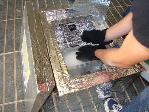 Posant el gel sec a la gà bia dins la cambra de proves...