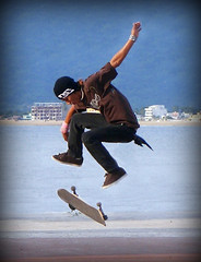 SKATER BOY (THe cUriOUs OYsTEr) Tags: boy beach mexico jump action playa skate skateboard colima manzanillo dg patinaje patineta