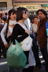 rastro 046 copia (Cazador de imgenes) Tags: madrid espaa woman glass girl sunglasses female glasses donna mujer spain chica candid gafas espagne spanien spagna spanje rastro ragazza gafa spania  elrastro gafasdesol spange cascorro