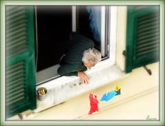 Chi ? (mareggiata) Tags: casa persone finestra anziani