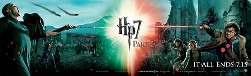 Banner da batalha em Hogwarts com vários personagens - HP7