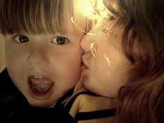 (Natalia Schueroff :)) Tags: cute olhar kiss amor beijo olhos olho criança fofo kissed fernanda vinicius bochecha beijinho dscw35