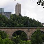 Hochhäuser mit Eisenbahnbrücke thumbnail