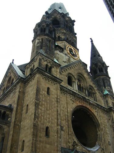 iglesia semiderruida, símbolo de la guerra