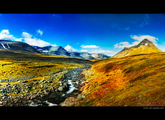Bealcanvaggi in Autumn light (Rob Orthen) Tags: autumn sky panorama mountain fall clouds suomi finland landscape nikon rocks europe d70 sweden hiking august bluesky rob lapland sverige scandinavia maisema lappi syksy thenorth hugin vaellus ruotsi ruska tunturi elokuu orthen pltsan roborthenphotography paltsan keltainenmaa juoksvatnjunni bealcanvaggi retkiremmi