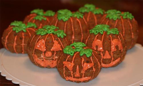 Jack-o-Lantern Cupcakes by kitchenmaus.