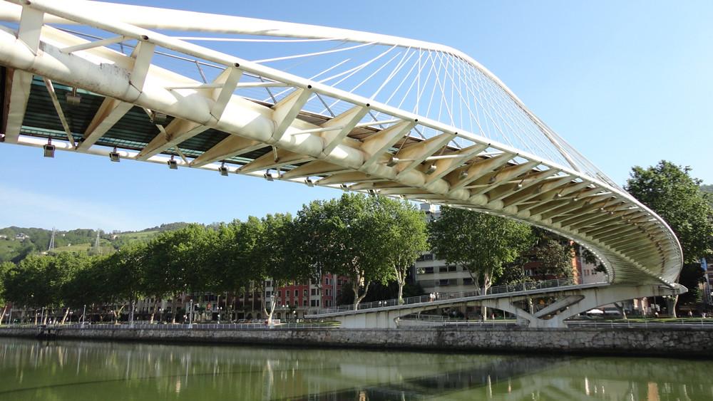 Puentes como el de Calatrava, llaman la atención e invitan a pasear por la ría.