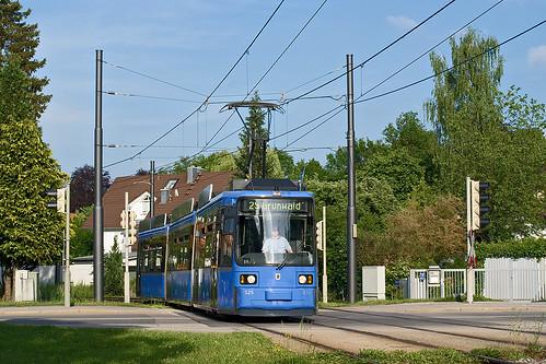 Bei bestem Wetter nähert sich 2125 dem Derbolfinger Platz in Grünwald
