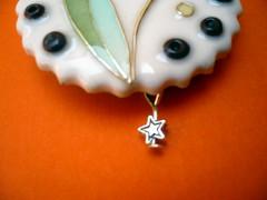 Broche flor cloisonne detalle (Neran) Tags: white flower blanco metal broche handmade brooch flor fimo clay mano cloisonne polymer arcilla pearlex polimerica
