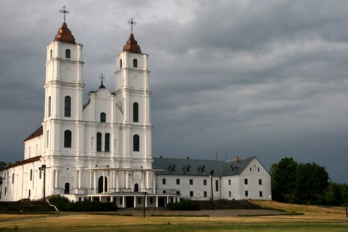 weiße Kirchtürme vor grauem Himmel