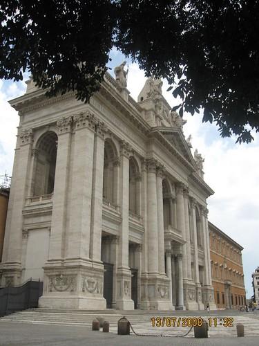 questa l'ho fatta ieri a San Giovanni, poi sono andata a messa in Basilica, mi piaceva l'idea dell'albero davanti, ma non so se è venuta bene... dans foto fatte da me